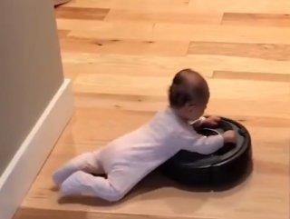 Robot süpürgeyle sörf yapan bebekler
