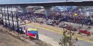 Venezuela'da Maduro destekçileri başkanlık sarayı çevresinde toplandı